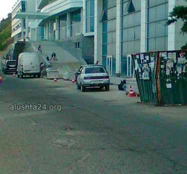 Люди на проезжей части дороги в Алуште - неприлично и опасно