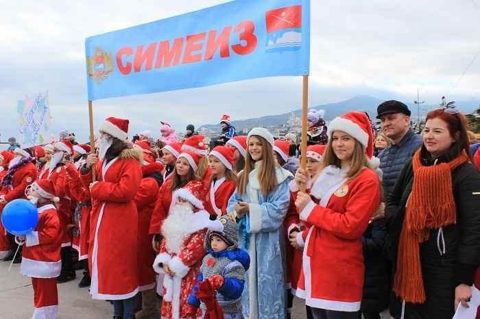 По ялтинской набережной прошло более 600 Дедов Морозов