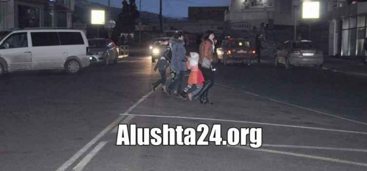 В Алуште родители подают пример своим детям как нарушать ПДД