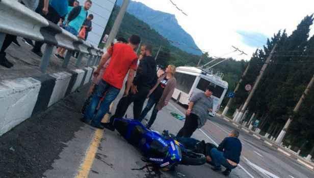 Под Алуштой мотоциклист врезался в троллейбус