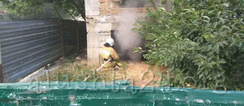 В Алуште загорелся лагерь бомжей