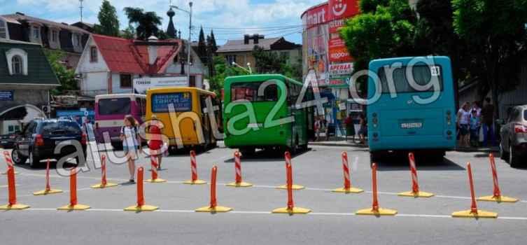 Водители маршрутных автобусов в Алуште устроили автостанцию на перекрёстке