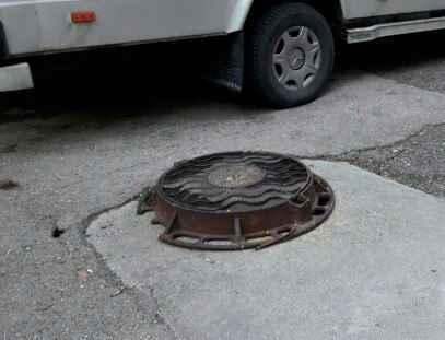 Препятствие для автомобилей и пешеходов на дороге возле Партизанской,40