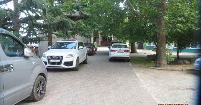 Новая стоянка автомобилей на пешеходной зоне ул. Ленина