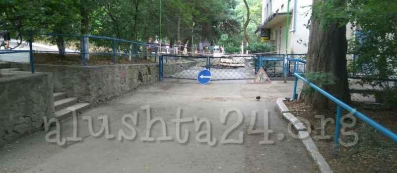 Возле детской поликлиники в Алуште ведутся ремонтные работы