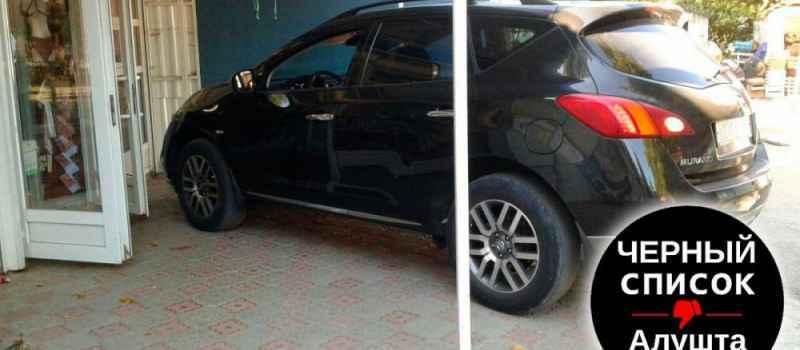 Парковка Nissan Murano с номерным знаком в276хн82 загораживает вход на рабочее место