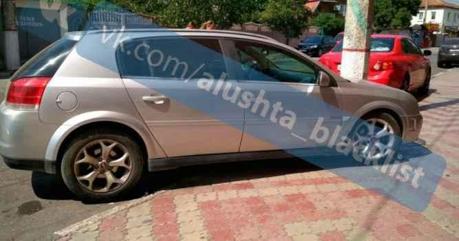 Автовладельцы Алушты пользуясь безнаказанностью паркуют свои авто прямо на тротуаре