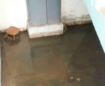 Жильцам на Симферопольской, 26 нет покоя от постоянных аварий в канализационной трубе в подвале дома
