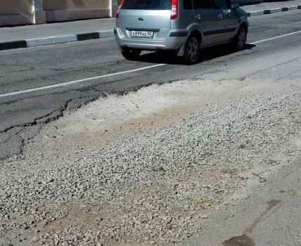 Яма на дорожном полотне на Красноармейской становится все больше