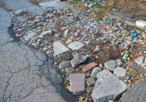 Яма после ремонтных работ от Водоканала с каждым годом становится больше