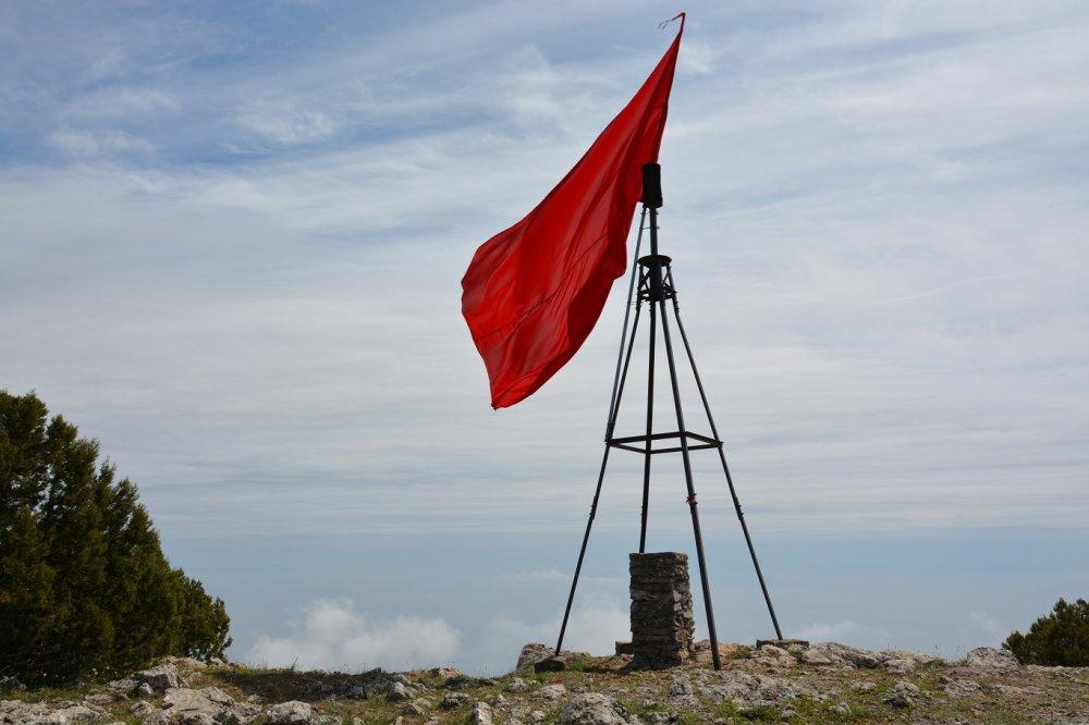 Флаг Победы на горе Парагильмен.
