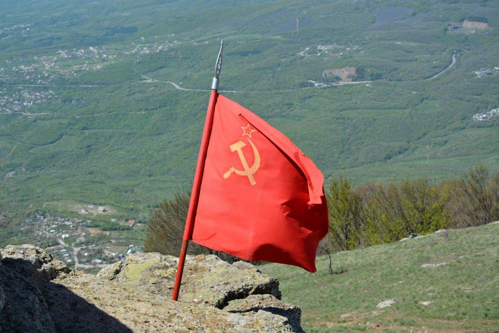 Установлен флаг Великой Победы на горе Демерджи