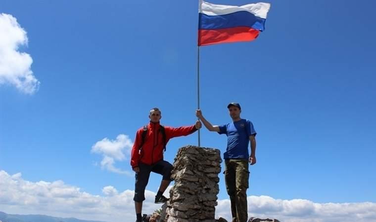 Алуштинские спасатели установили флаг на горе Чатыр-даг