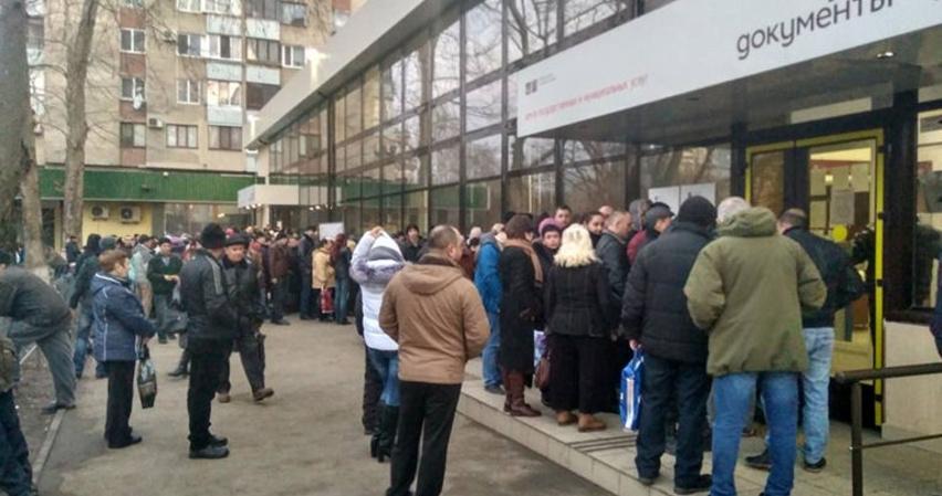 Полонский обещает ликвидировать очереди в МФЦ, но не говорит когда