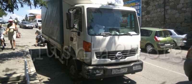 У грузовика в центре Алушты отказали тормоза
