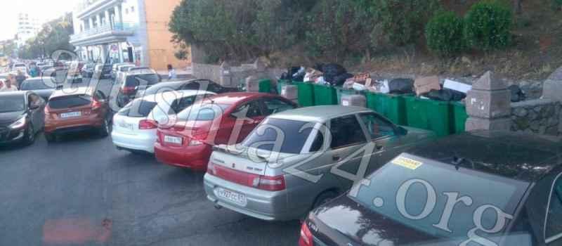 В Профессорском уголке из-за скопления стихийной автоястонки коммунальные службы не имеют доступ к мусорным бакам