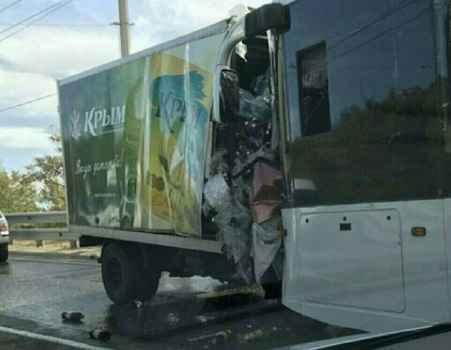 Под Алуштой произошло лобовое столкновение грузовика и троллейбуса