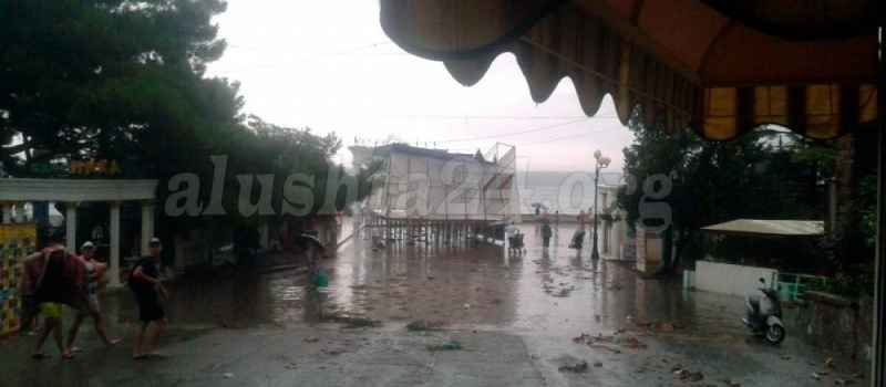 Шквал в Алуште поломал городскую сцену