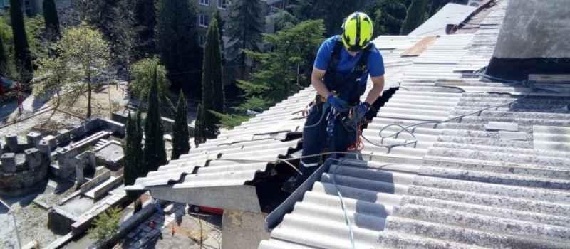 В Алуште ураганный ветер повредил крышу пятиэтажного дома