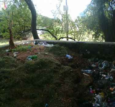 Свалка мусора у стелы Артека по трассе на Ялту