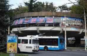 На троллейбусном кольце Алушты порвались провода и повредили припаркованный транспорт