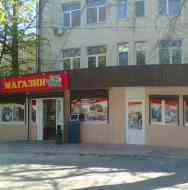 Магазинчик под окнами операционной ЦГБ Алушты закрыли,а почему не снесли?