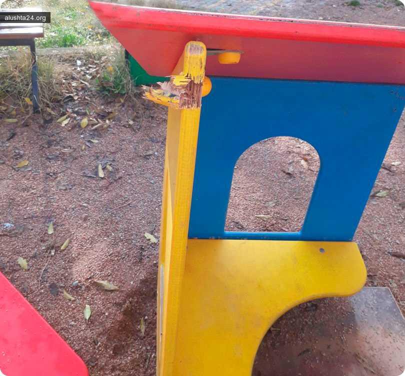 Все об Алуште: Вандализм на детской площадке на ул.Тарической