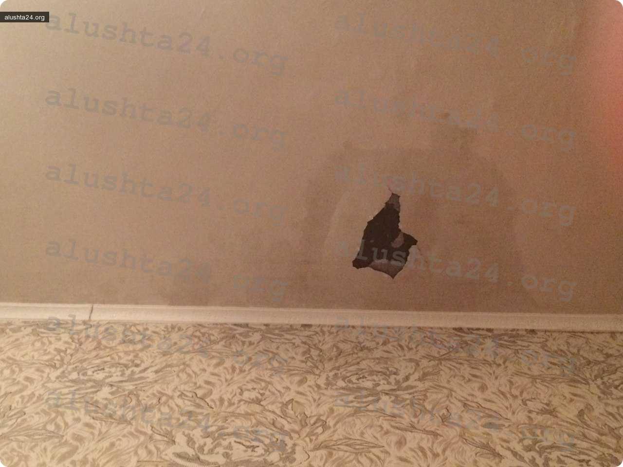 Все об Алуште: У жильцов квартиры на Симферопольской, 22 обвалился потолок. ЖЭК не реагирует!
