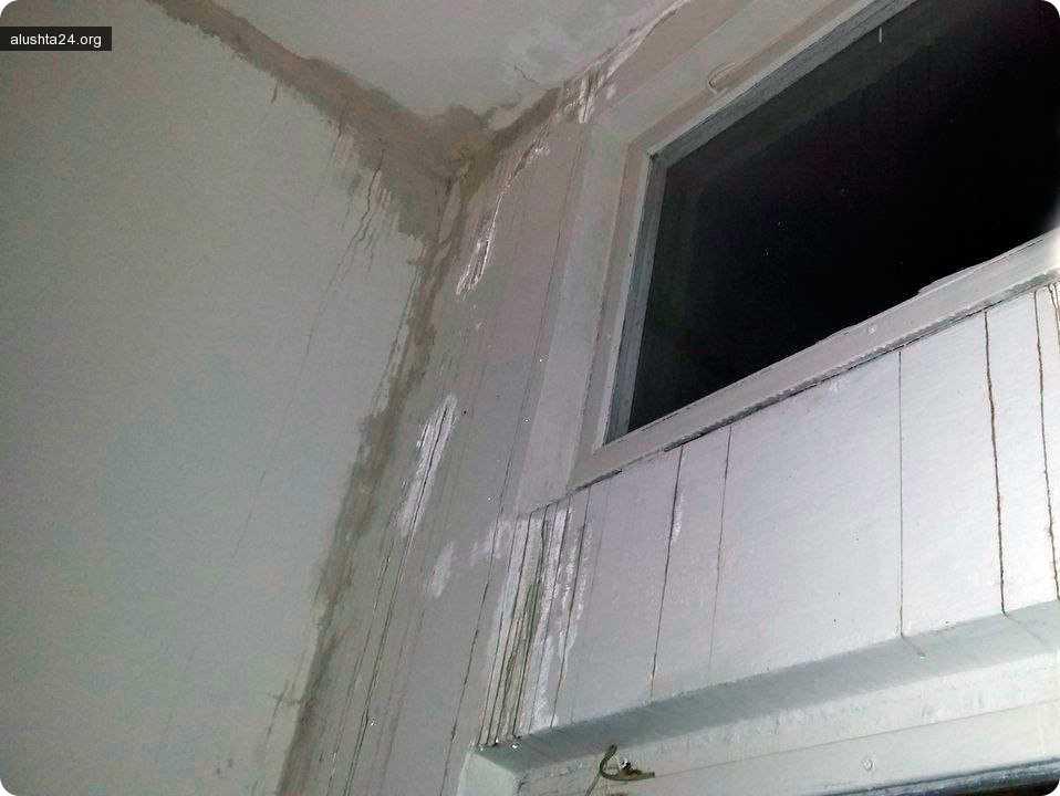 Все об Алуште: Из-за протекающей во время дождей крыши на Октябрьской, 21 - жильцы в своих квартирах убирают воду тазиками