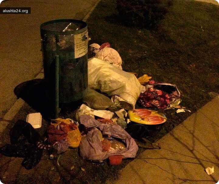 Все об Алуште: Алуштинцы выбрасывают бытовой мусор возле урн