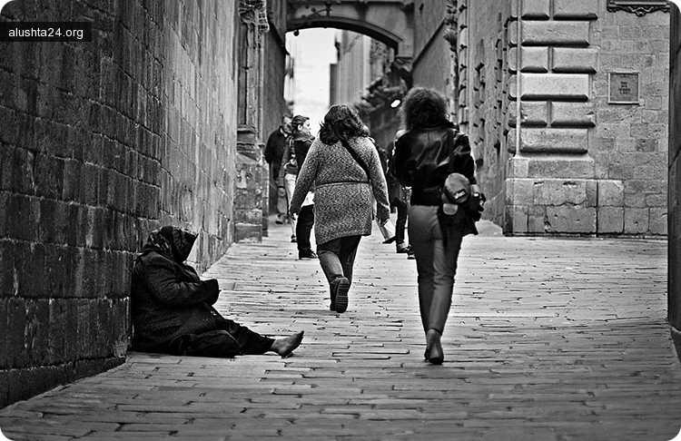 Все об Алуште: Равнодушные алуштинцы спокойно проходили мимо неподвижно лежащей женщины на улице