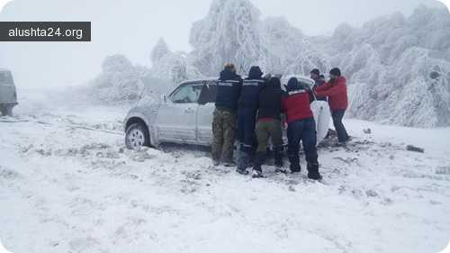 Все об Алуште: Спасатели эвакуировали с горы Демерджи пять потерявшихся туристов