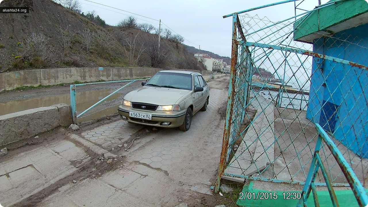 Все об Алуште: Машины на пешеходных тротуарах