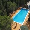 Вид на бассейн перед домом